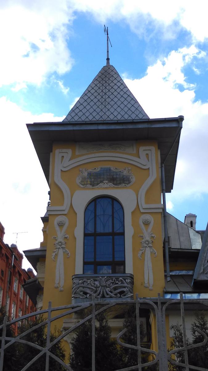 Островерхая крыша башенки увенчана высоким шпилем-иглой с флюгером в виде герба города Москвы.