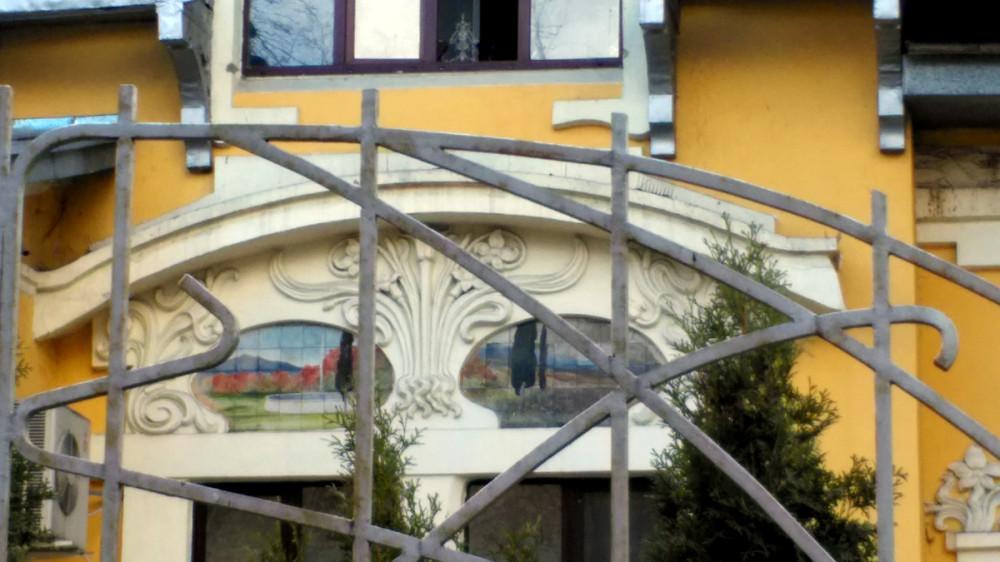 Два панно помещены в картушах над двойным прямоугольным окном первого этажа главного фасада.
