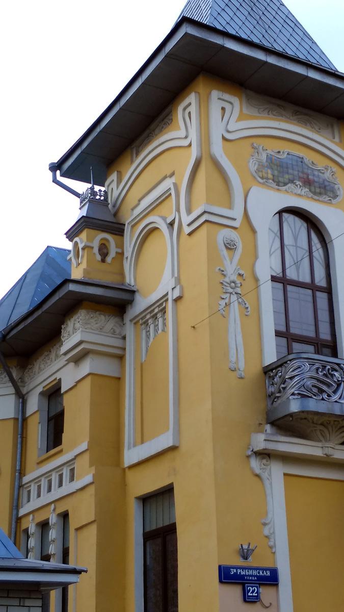 Южный фасад здания, открывающийся на дворовую территорию особняка, также украшен богатой лепниной и расположенной на уровне карниза между первым и вторым этажами полоской из пяти ширинок с майоликовыми плитками в вишнево-оливковых тонах.