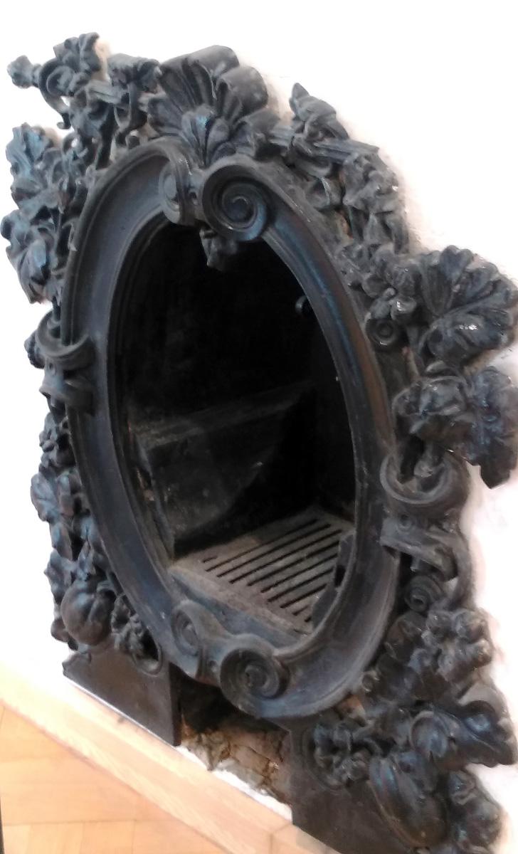 Камин в одном из залов музея архитектуры имени А.В. Щусева.