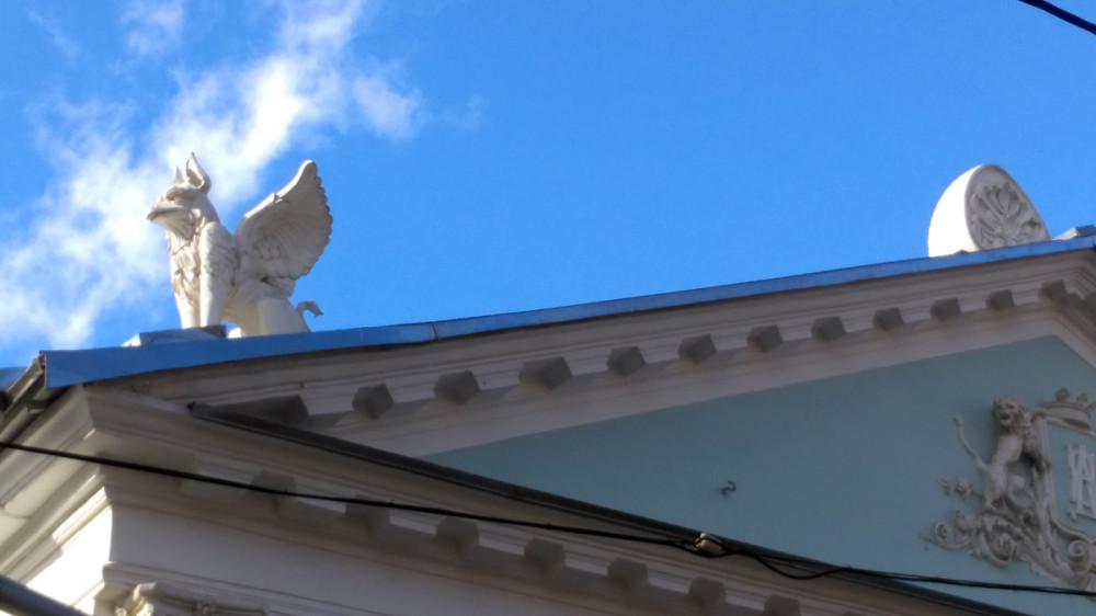 Неведома зверушка на фоне синего неба...