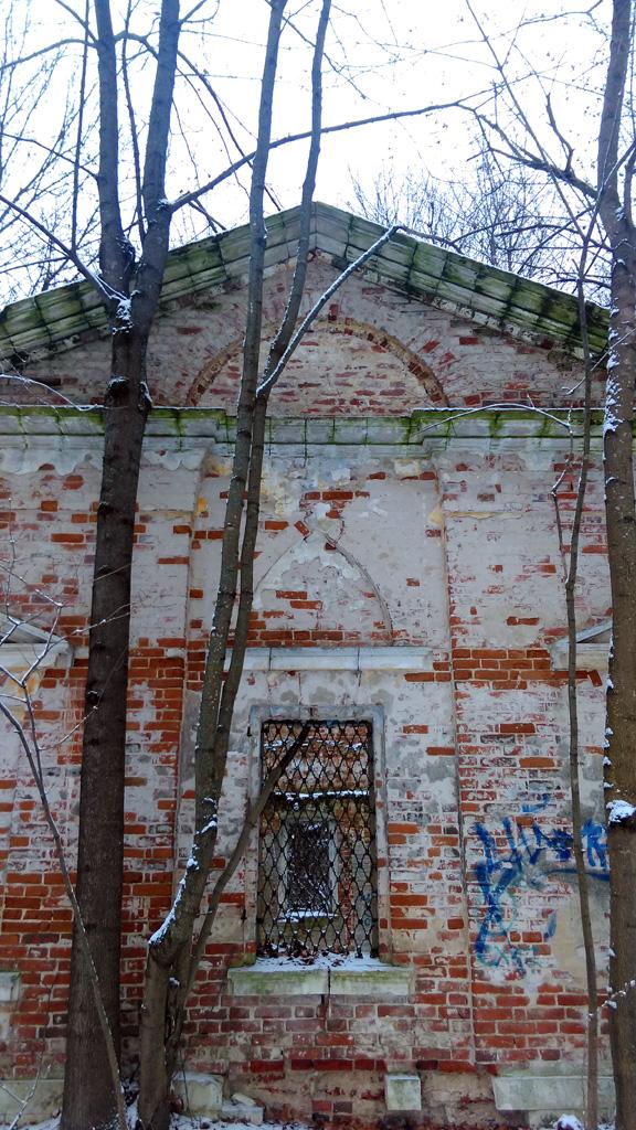 У другого флигеля даже сохранились решетки на окнах.