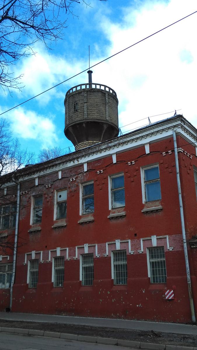 Кирпичное двухэтажное здание с водонапорной башней на территории Сокольнического вагоноремонтно-строительного завода. 1905–1910 гг.