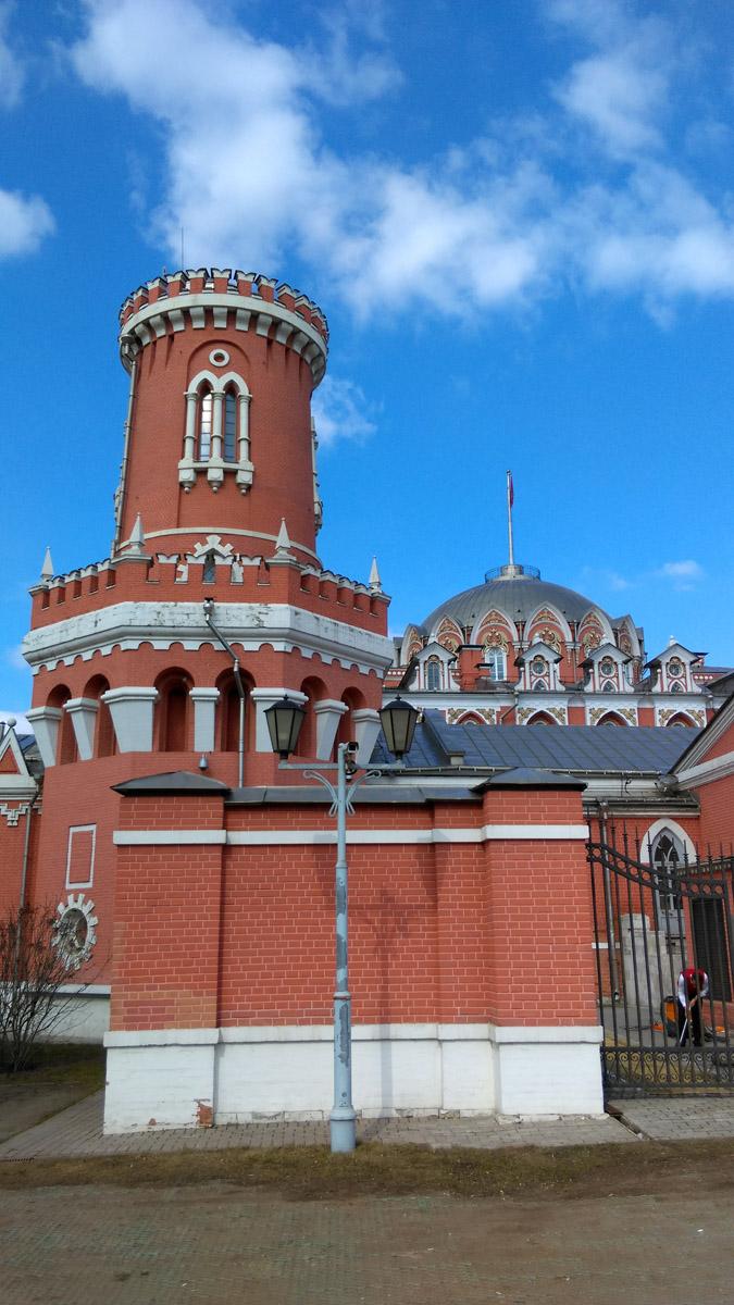 Архитектор М. Ф. Казаков, 1776-–1796 гг. Построен примерно в 1779 году для остановок перед въездом в город царствующих особ. Отделочные работы во дворце — установка украшений на лестнице, медальонов и венцов в главном зале, фонарей — велись до 1781–1783 гг.