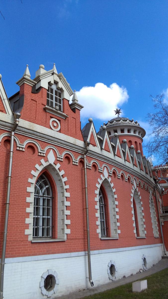 Сколько себя помню, Петровский Путевой Дворец все время был на реставрации... И вот, после долгого моего отсутствия здесь, я увидел, наконец, его во всей свежей его красе....
