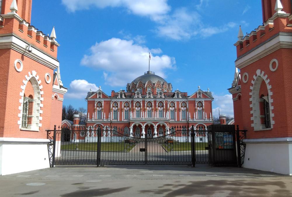 Если в советские времена дворец был на балансе Военно-воздушной инженерной академии им. Н. Е. Жуковского, то теперь здесь пятизвездочный отель.