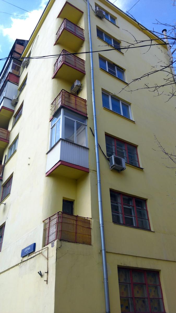 Два желтых дома друг против друга на улице Красноармейская. С одной представитель конструктивизма с его простыми прямыми угловатыми формами....