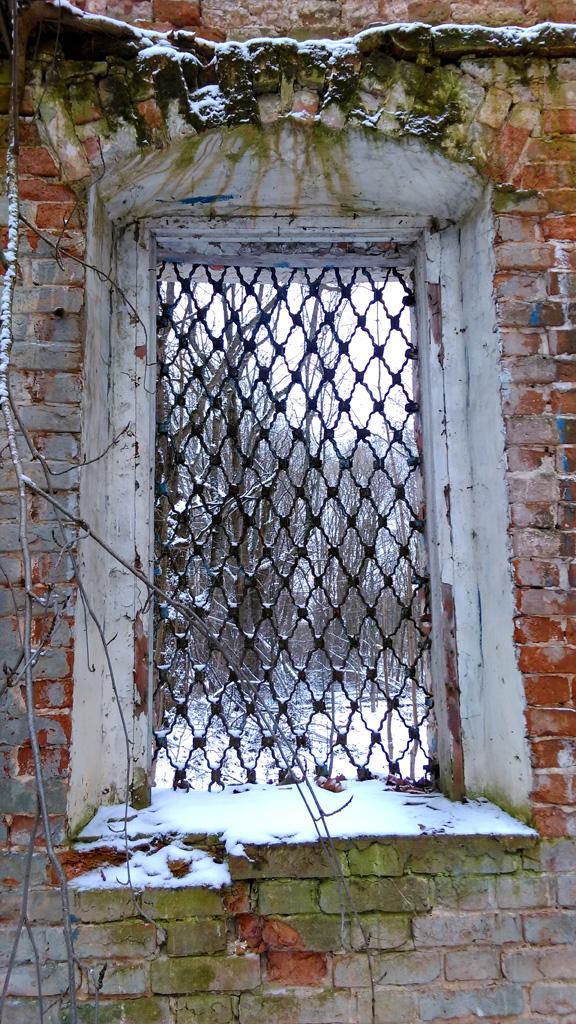 Но сделано было на совесть. Даже деревянная рама окна присутствует.