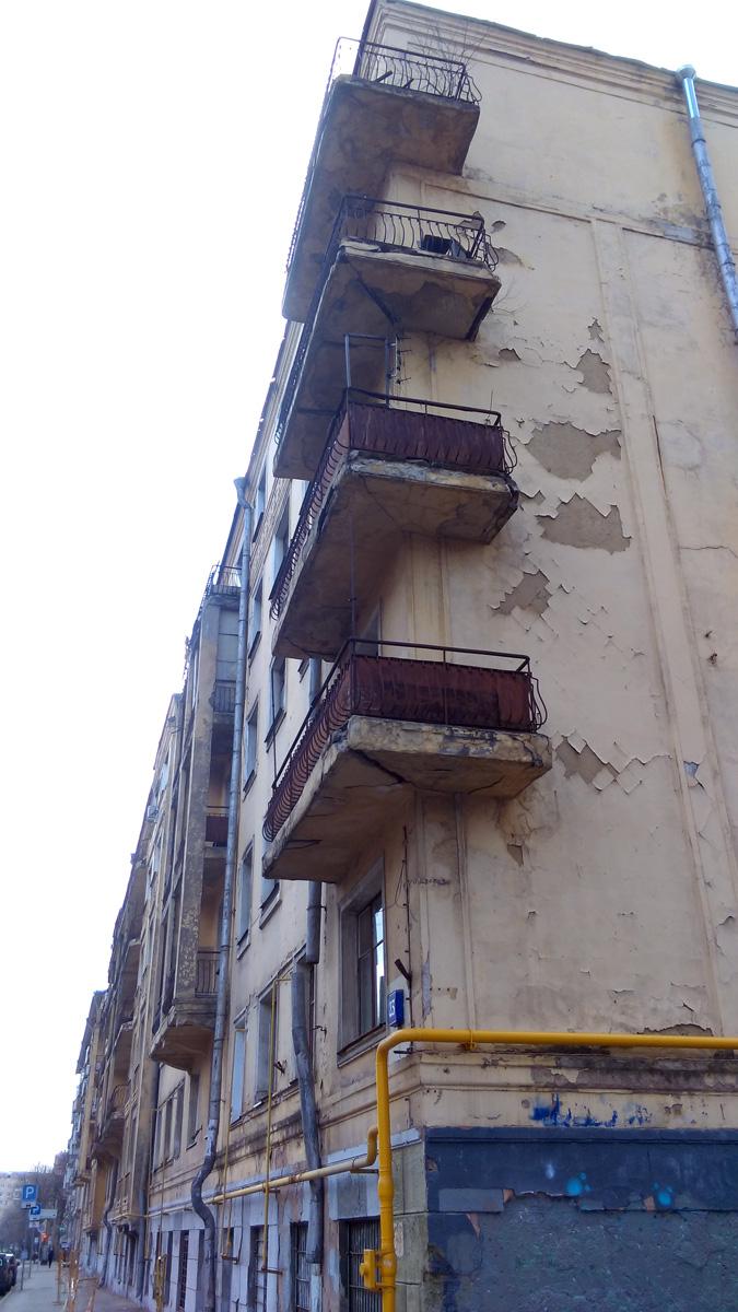 """Продолжаем рубрику """"Москва город контрастов""""... Пятиэтажный шестиподъездный кирпичный жилой дом 1934 года постройки и похоже с тех пор ни разу не видавший ремонта..."""