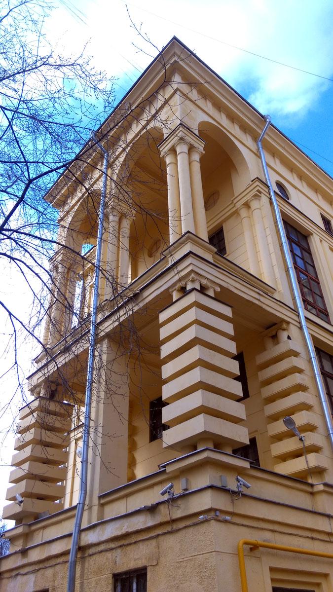 Хотя, нет. Видавший. Но ремонт соседнего дома. Шестиэтажный трёхподъездный кирпичный жилой дом. Построен в 1939 году. Разница в 5 лет, а какая разная судьба...