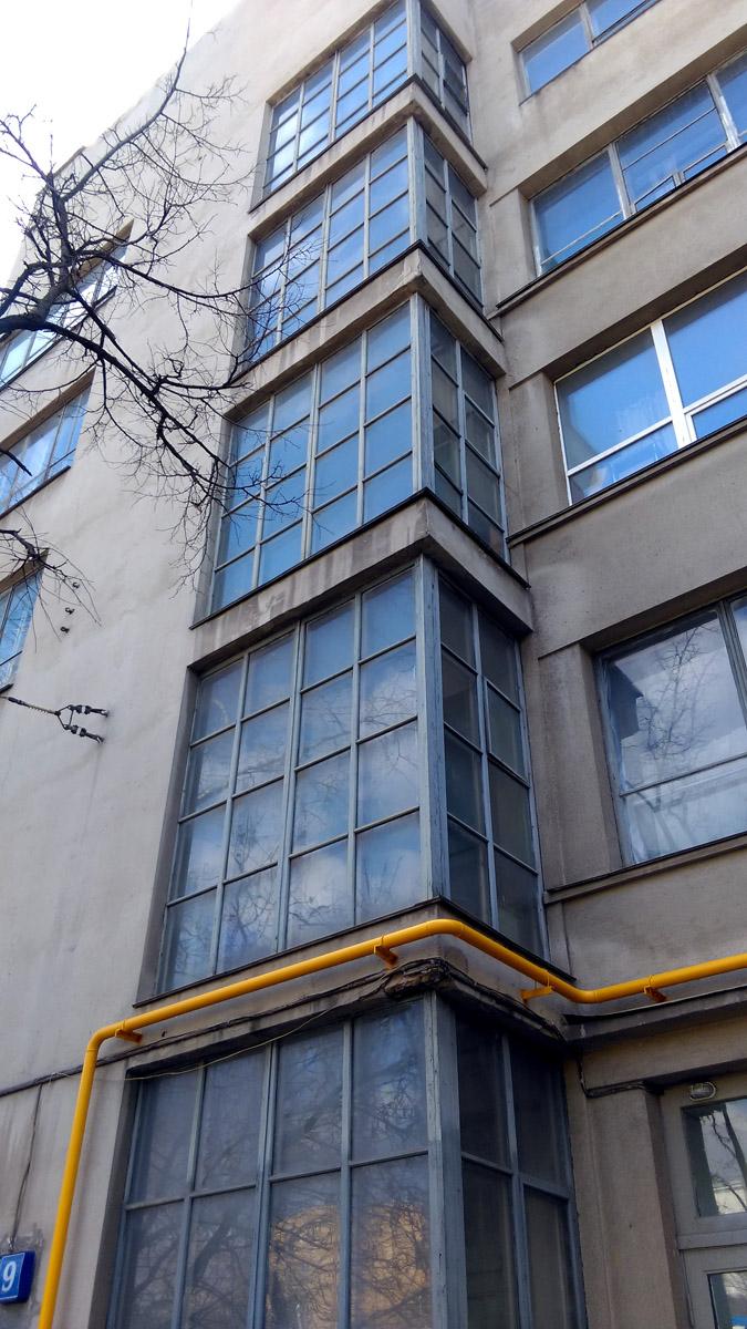 Еще одно здание в стиле конструктивизм... Примитивизм декора оживлен яркой желтой газовой трубой..