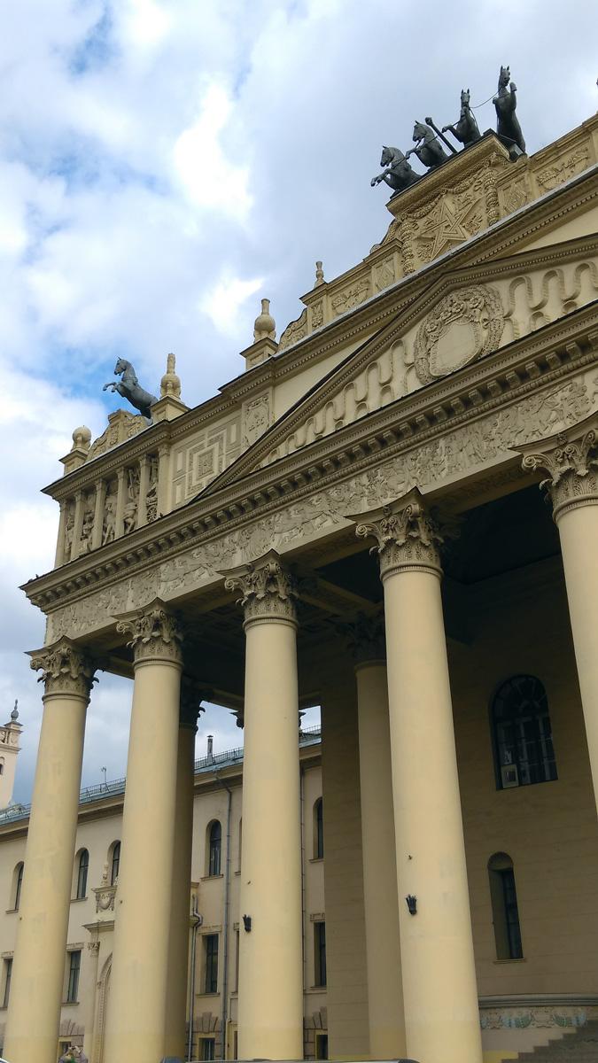 Здание было реконструировано в 1951–1955 гг. по проекту И. В. Жолтовского. Главный вход украшен 8-колонным портиком и конными изваяниями. Скульпторы С. М. Волнухин, К. А. Клодт.