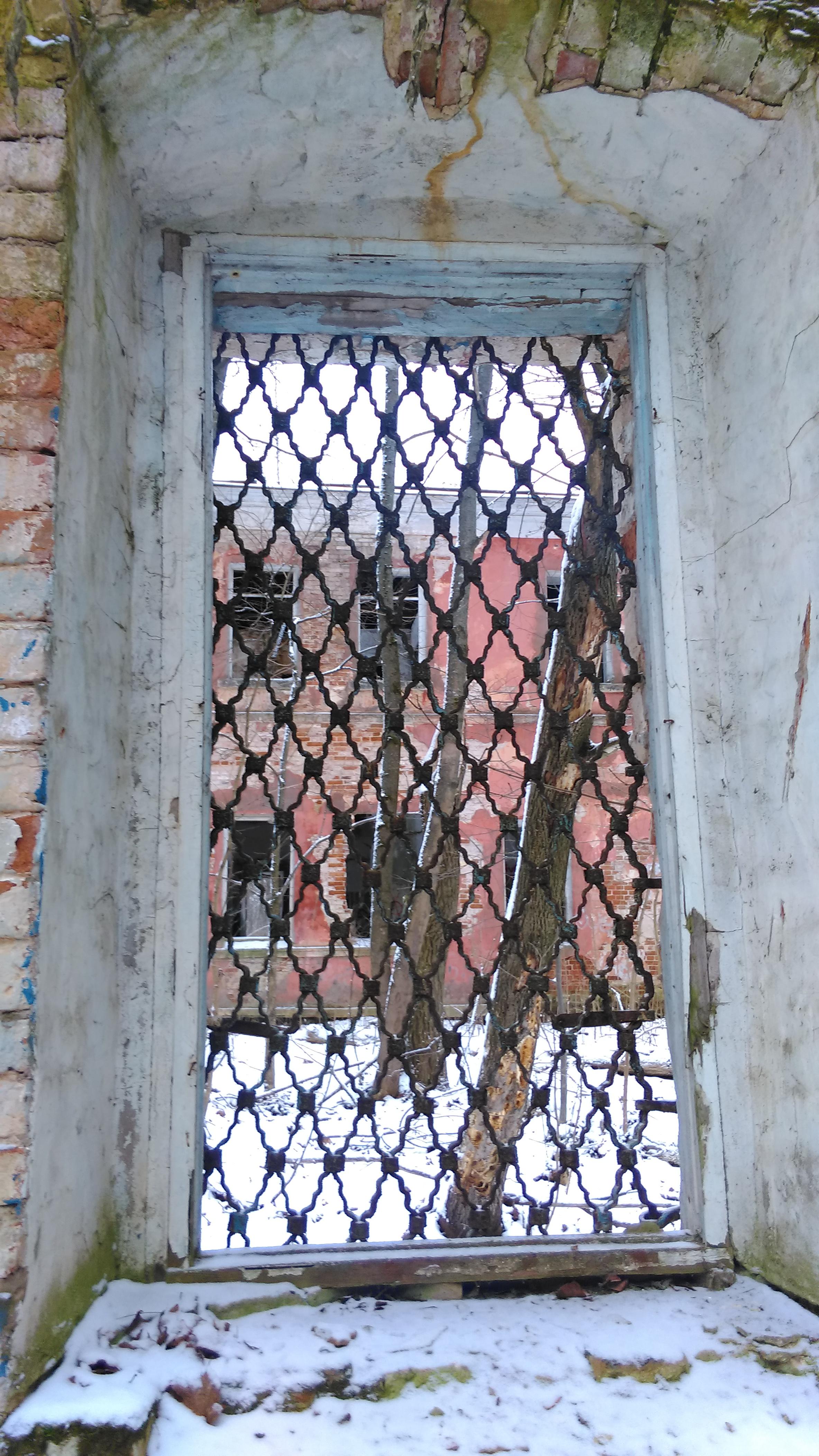 А за окном притягивает взор большое двухэтажное главное здание усадьбы.