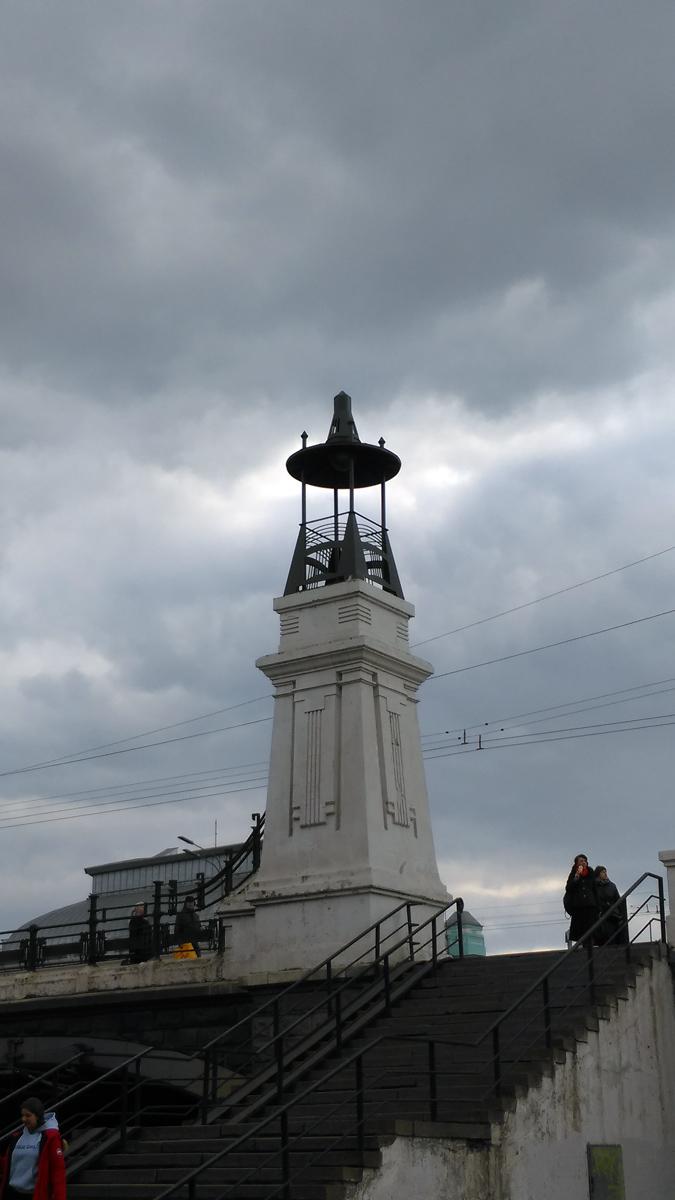 Какой-то гиперболоид или другой хитрый аппарат для создания туч. А может и нет. Это необычные фонари Тверского путепровода через Алексеевскую ветку Московской железной дороги.
