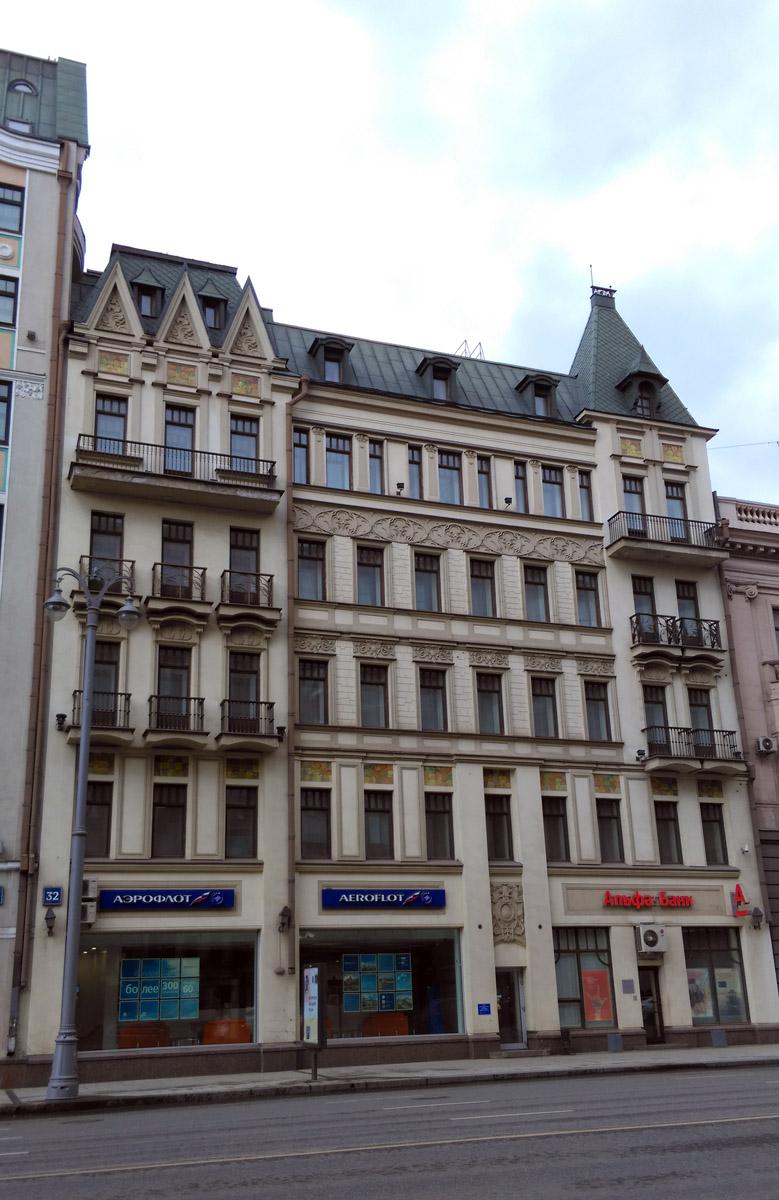 Как и соседний Доходный дом Е. И. Курникова (1904 г., архитектор Э.-Р. К. Нирнзее). Дом был снесён в 1997 году, декор фасада в основном воссоздан на новом здании, построенном в 1998 году. И на обоих домах одна и та же декоративная плитка, как подтверждение новодела.