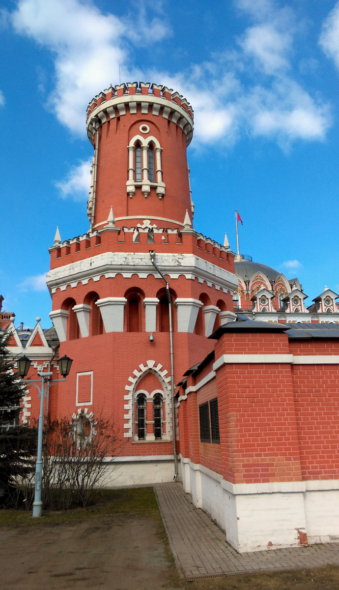 Десяток больших и малых башен расположены по периметру Дворца.