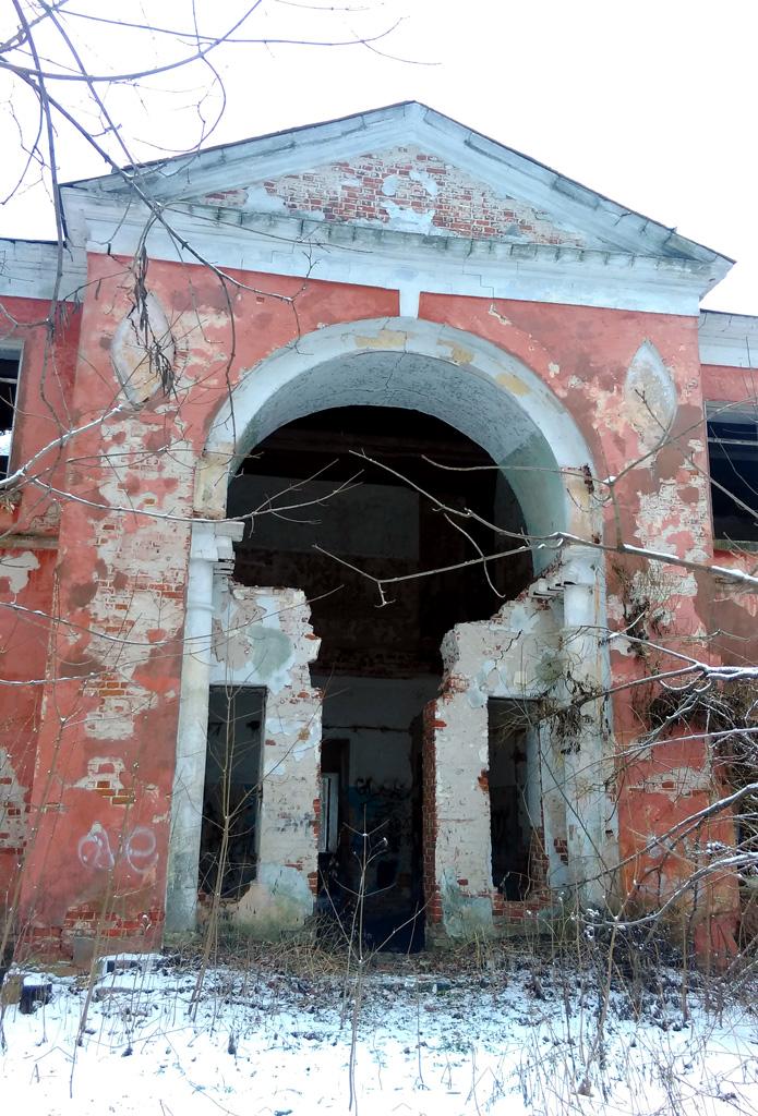 Даже, в руинированном состоянии здание впечатляет своей монументальностью.