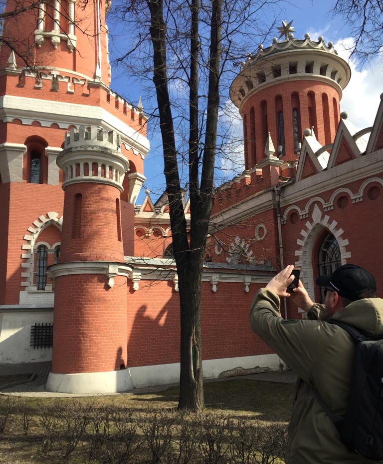 Вот, так неприметно с помощью телефона, ничем не выдавая блогерских намерений, фотографирую очередные башни дворца.