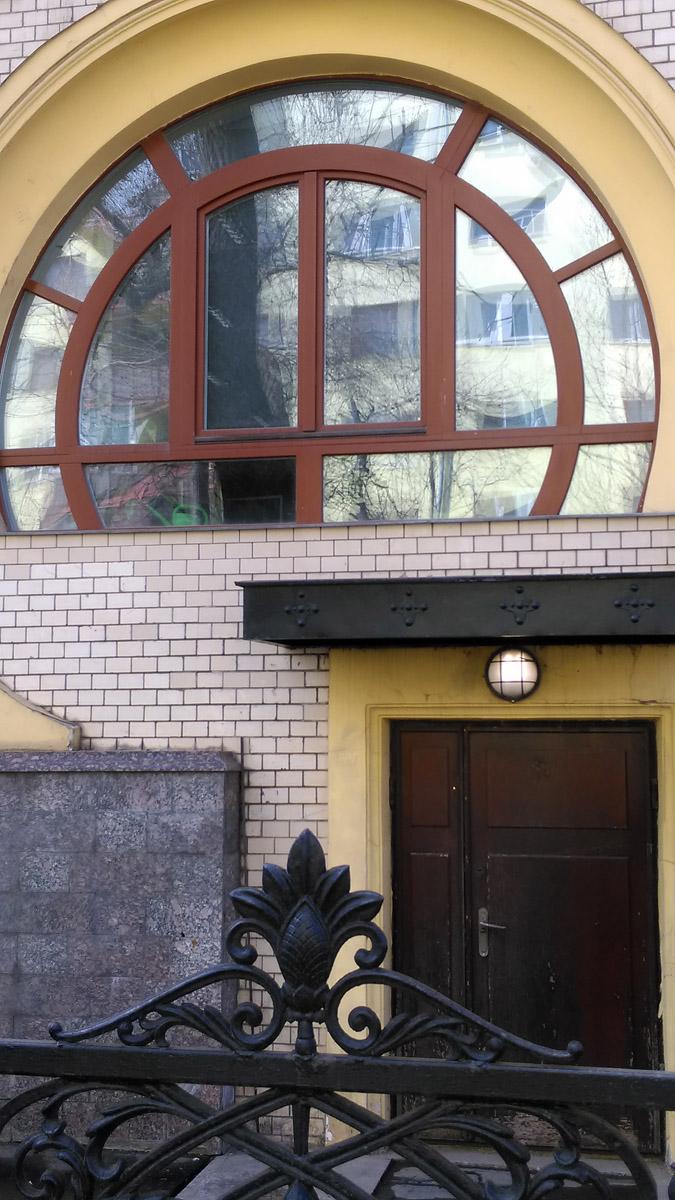 Здесь есть зал, в котором Ленин выступал в 1918 году с речью «Советская республика в опасности». В 1919 году в бывший ресторан и гостиницу въехал «Красноармейский клуб имени Розы Люксембург», позднее ставший Домом офицеров.
