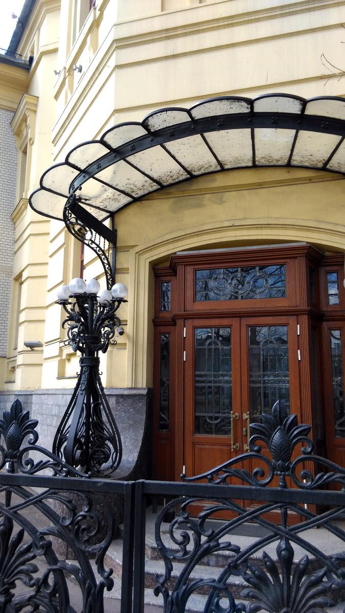Кекушевым были созданы фонари и ограда – эти детали еще более подчеркивают роскошь здания.