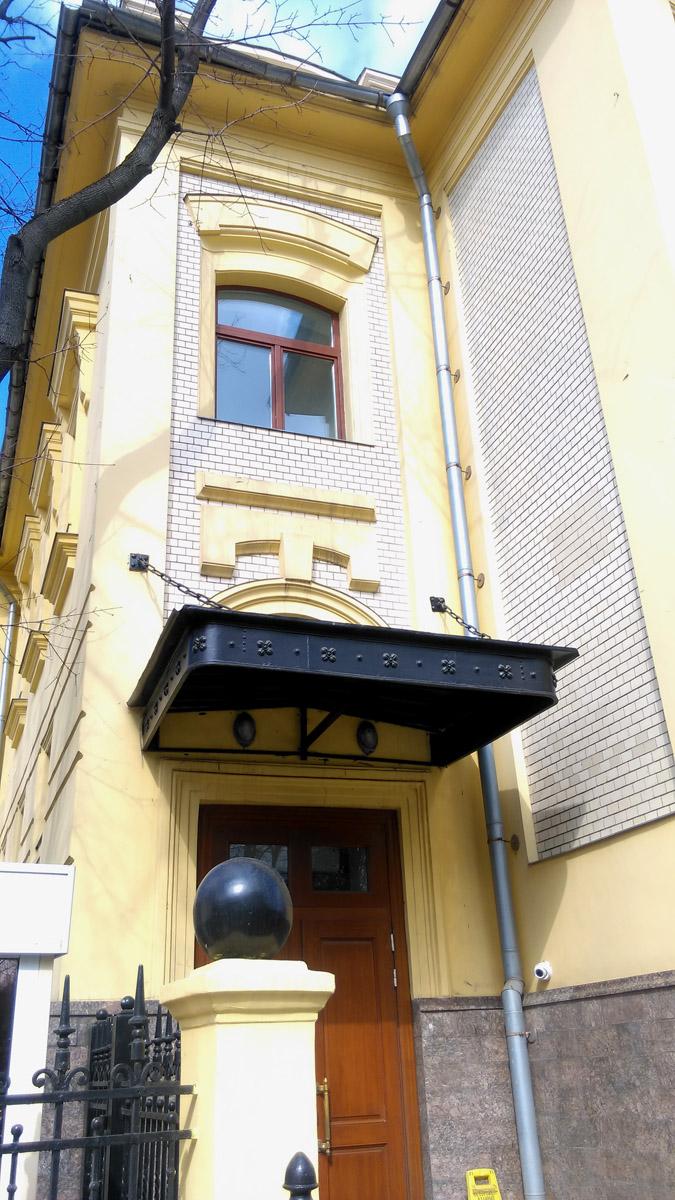 Вход с улицы Серегина.
