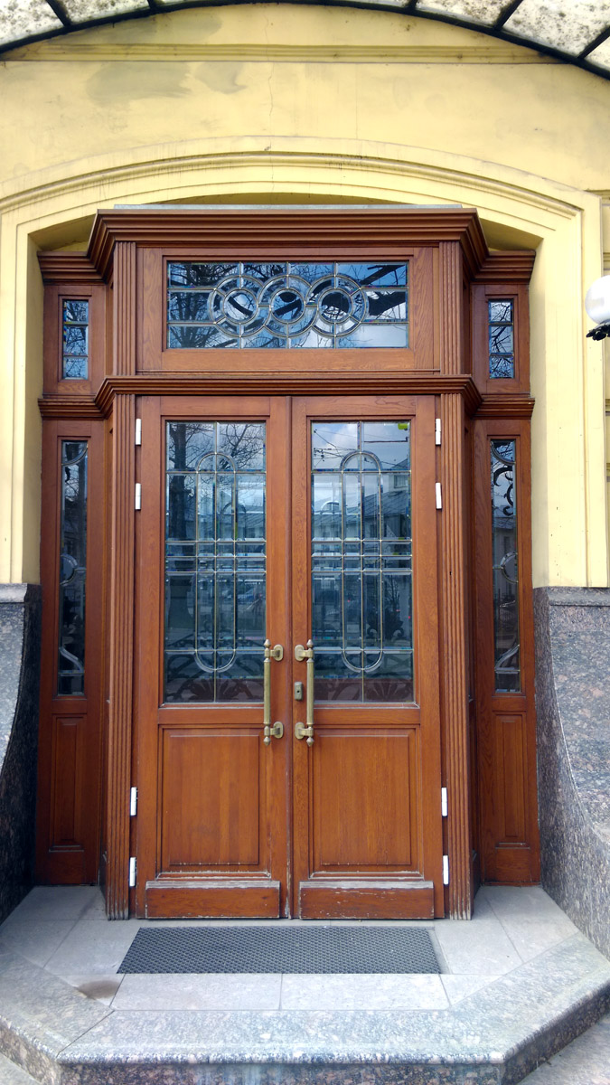Двери парадного входа в бывший ресторан.
