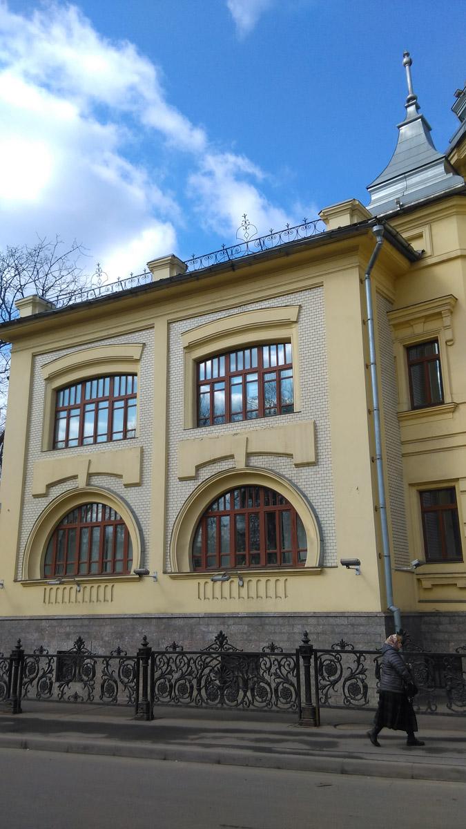 Фасад выходящий на Петровский парк.