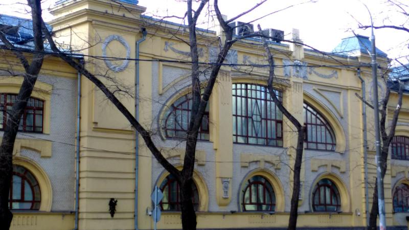 Наиболее заметная деталь фасада – широкие полукруглые окна на первом этаже, которые «накрывает» собой широкое тройное окно полуовальной формы второго этажа. Вот именно эти окна меня тогда и поразили больше всего . И какова была моя радость, когда я снова оказался рядом спустя несколько лет и увидел эту красоту.
