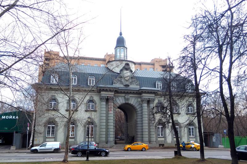 Глядя на это здание, на секунду показалось, что я нахожусь в Ленинграде... Ничего удивительного, здание построено в стиле венского барокко. Потому и такие ассоциации.