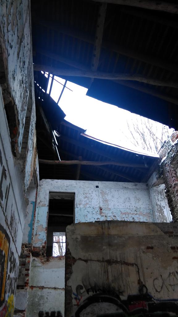 К сожалению в одном месте большой фрагмент крыши обвалился.