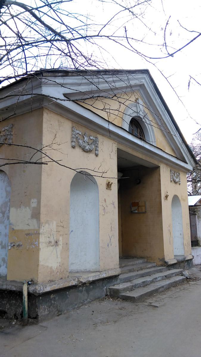 Дальше по Скаковой аллее расположены здания Скакового общества.