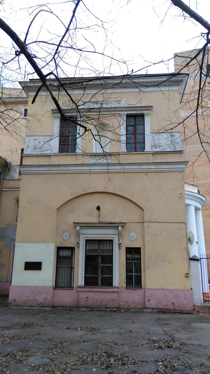 Фасады украшены лепными фризами с изображениями скачущих лошадей.