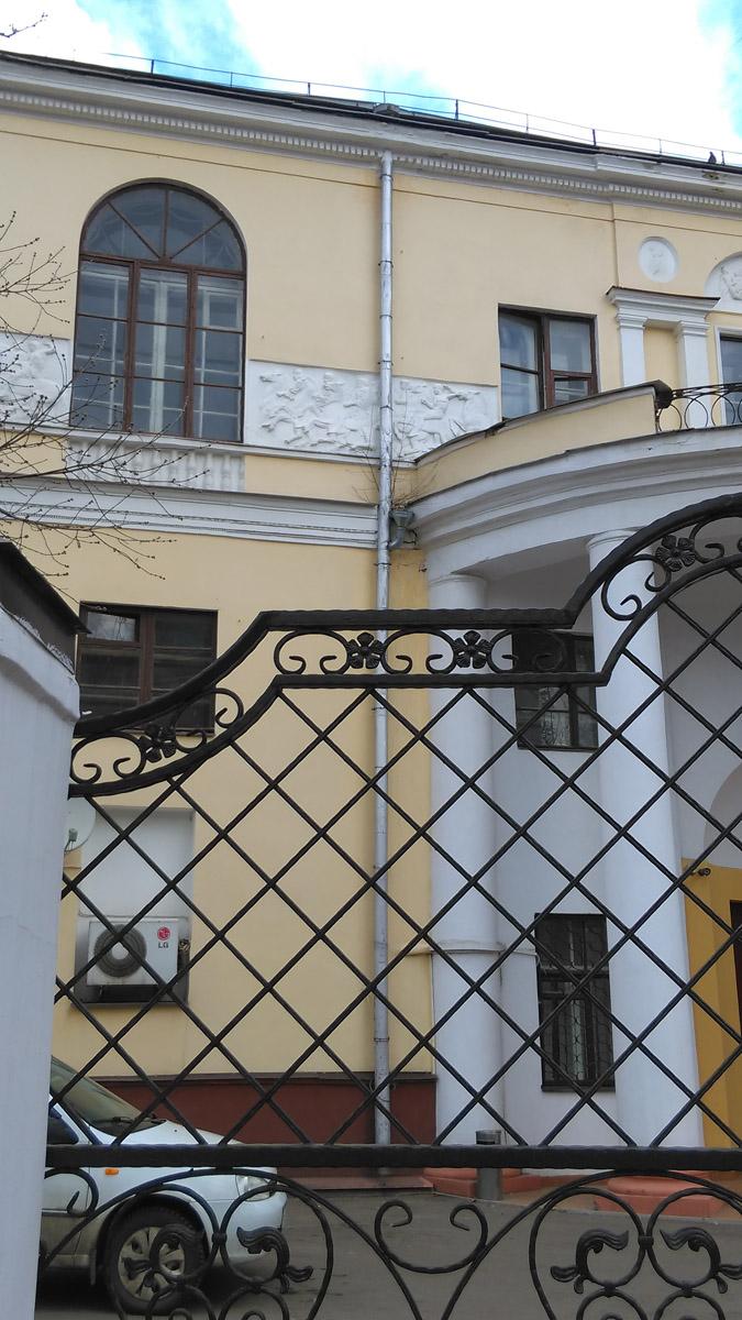 А вот, со стороны ипподрома и краска свежее и кондишины на стенах и машины за красивыми воротами.