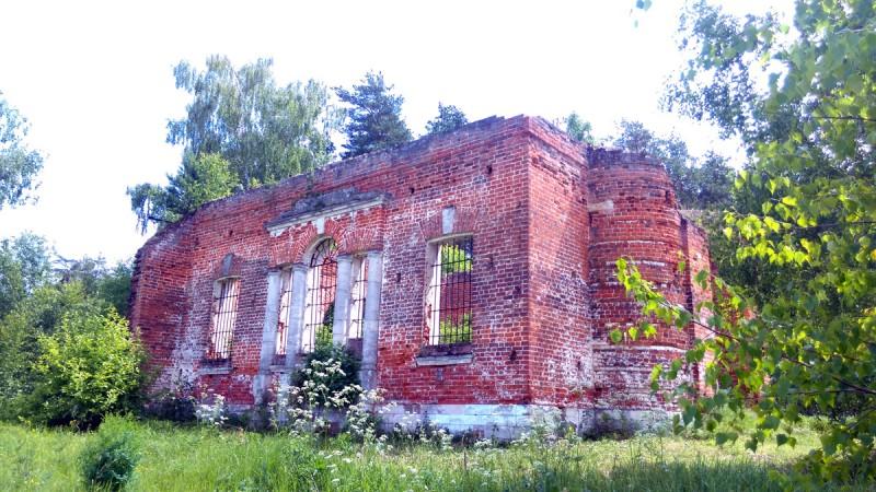 Вполне мирный светский фасад загородной усадьбы.