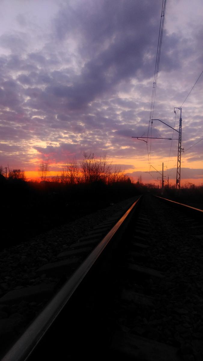 А еще апрель подарил нам красивейшие закаты... Несколько фотографий по ссылке...