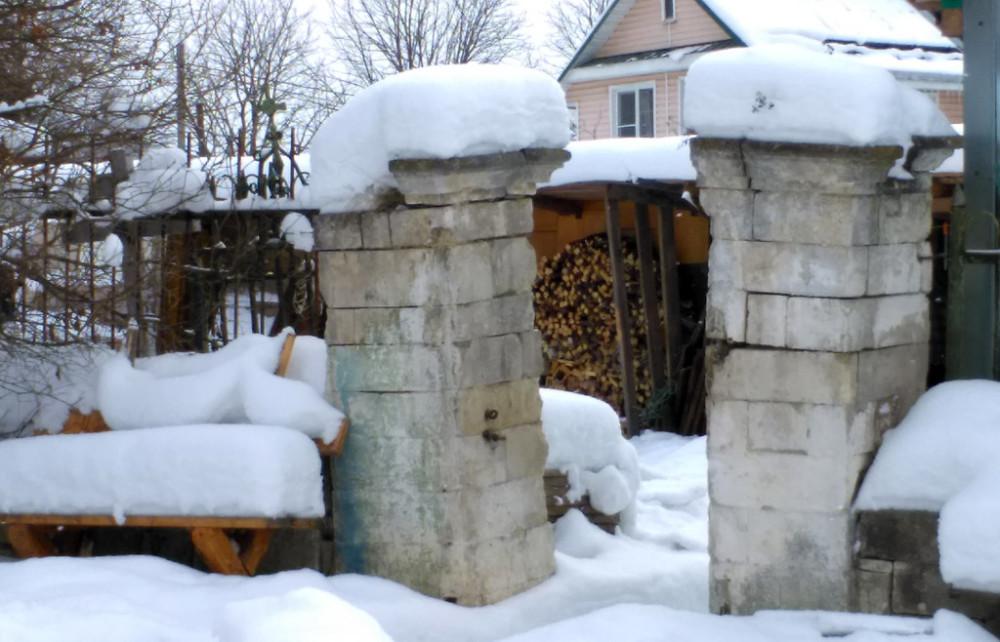 Столбы старинной ограды