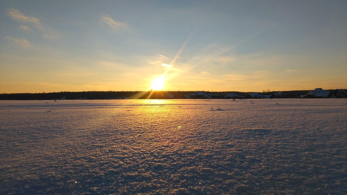 Закат над снежным полем.