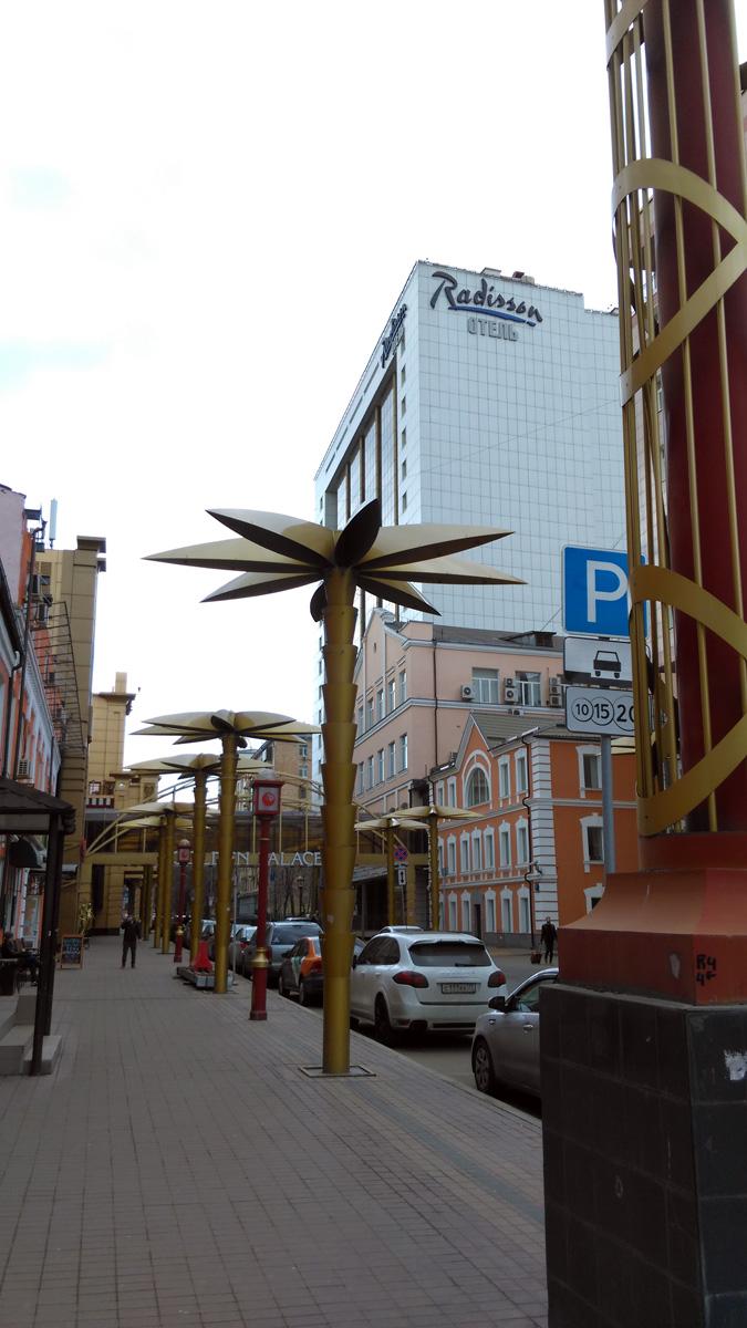 Это тоже Москва... Помню, когда в 90-ые впервые сюда попал, эта улица произвела сильное впечатление....
