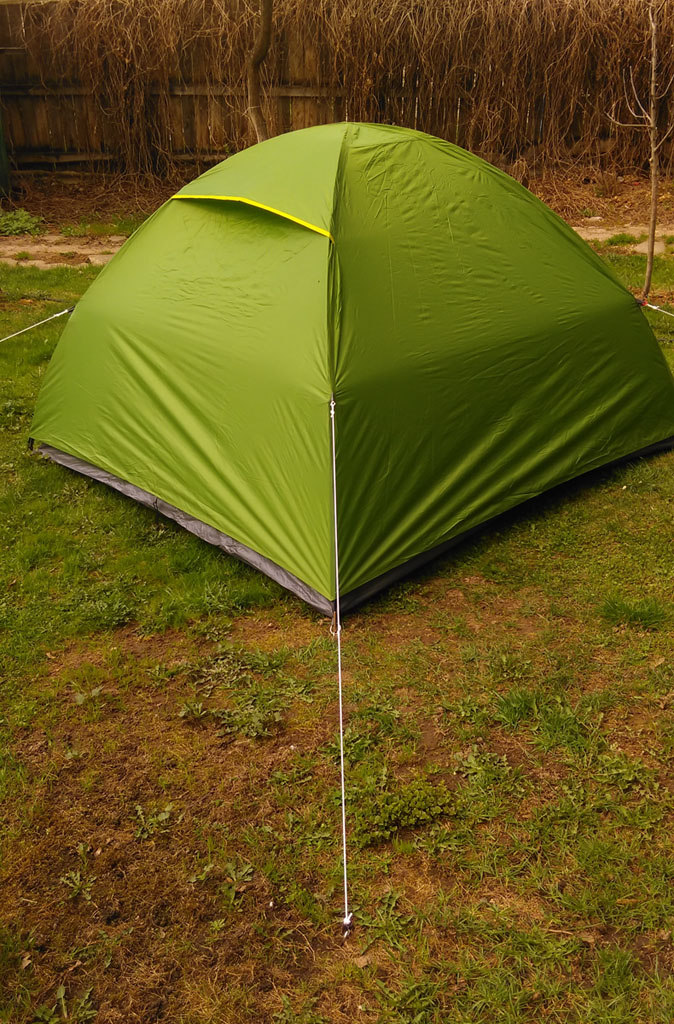 Купил палатку. Простенькую, без лишних наворотов, типа тамбура, которым я не пользуюсь. Посмотрим, как покажет себя в деле...