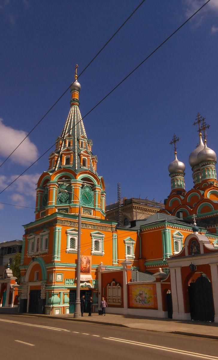 Храм святителя Григория, епископа Неокесарийского в Дербицах. Обратите внимание, что тротуар проходит под надвратной колокольней...