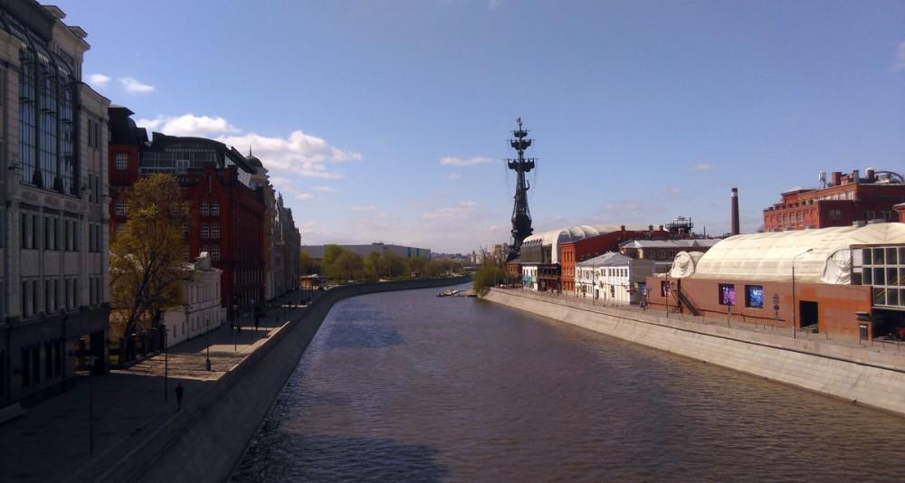 Вид на водоотводной канал и памятник Филиппу Киркорову... Или Петру Первому... Хотя, на Филиппа больше похож...