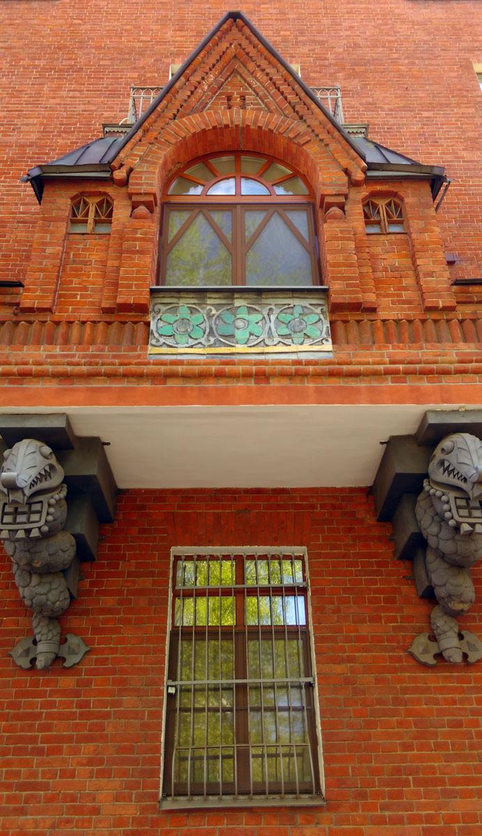 Дракончики в слюнявчиках украшают Дом Перцовой.