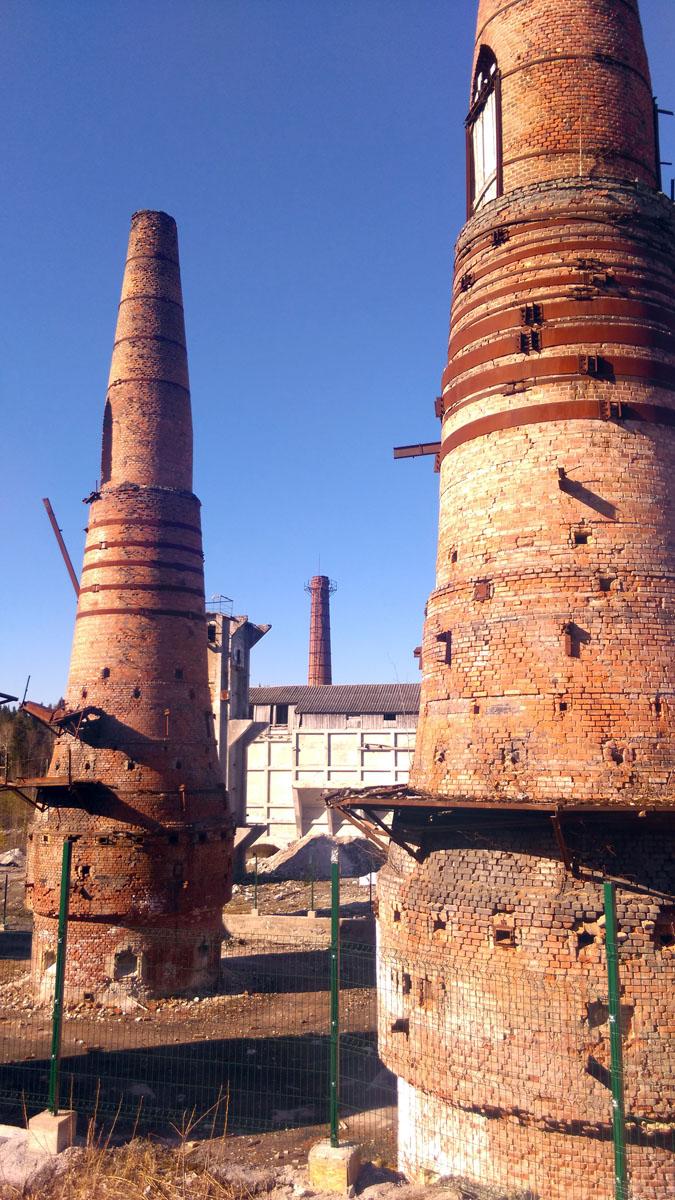 За трубами видно белое здание бывшего Склада откуда велась отгрузка извести в железнодорожные вагоны. А за складом видна более привычная взгляду труба котельной.