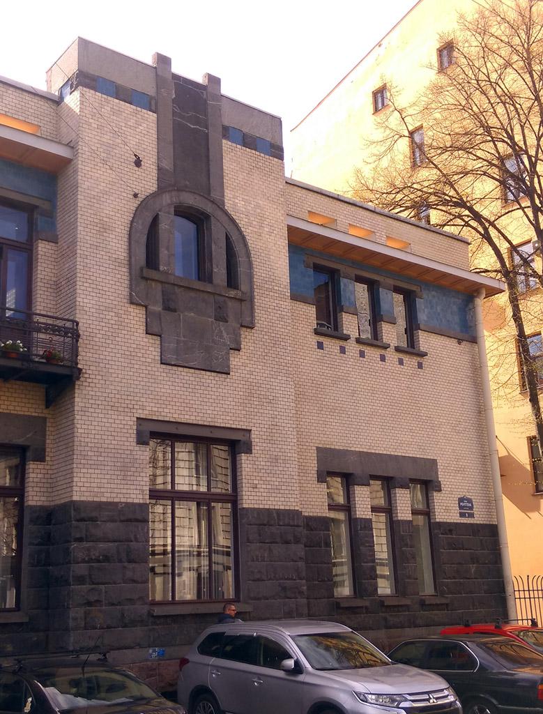 Кстати, здание достраивалось при сменах владельцев. Когда особняк купил  В. Н. Соловьев в 1914 году, то архитектор Ф.И. Лидваль  добавил пристройку со стороны двора. А еще через два года, уже при новом владельце  М. Э. Верстрате, архитектором М.И. Рославлевым была достроена боковая пристройка.