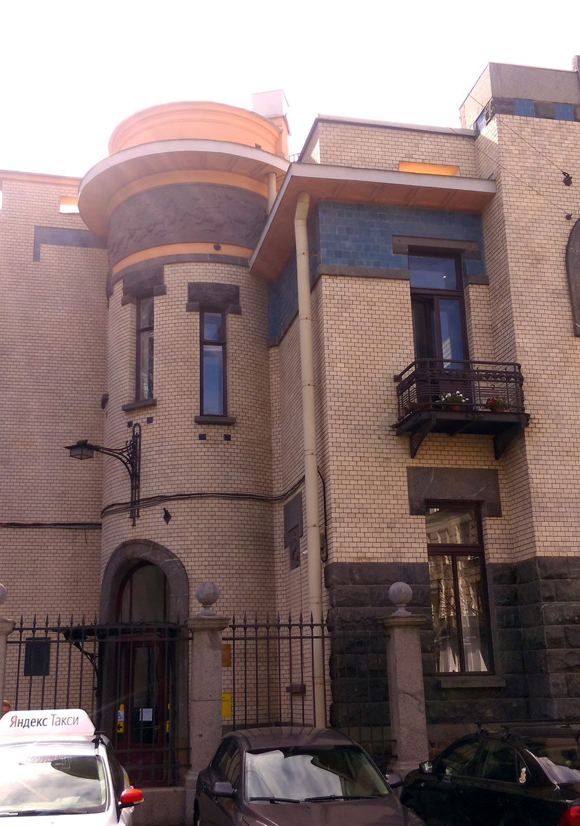 Как Вы понимаете, я не мог пройти мимо такого замечательного здания...