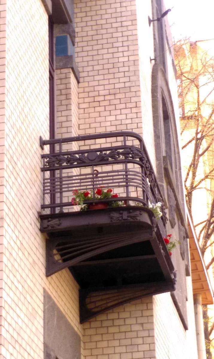 И персонал стоматологической клиники бережно и с любовью относится к своему зданию... Милые цветочки на балконе.