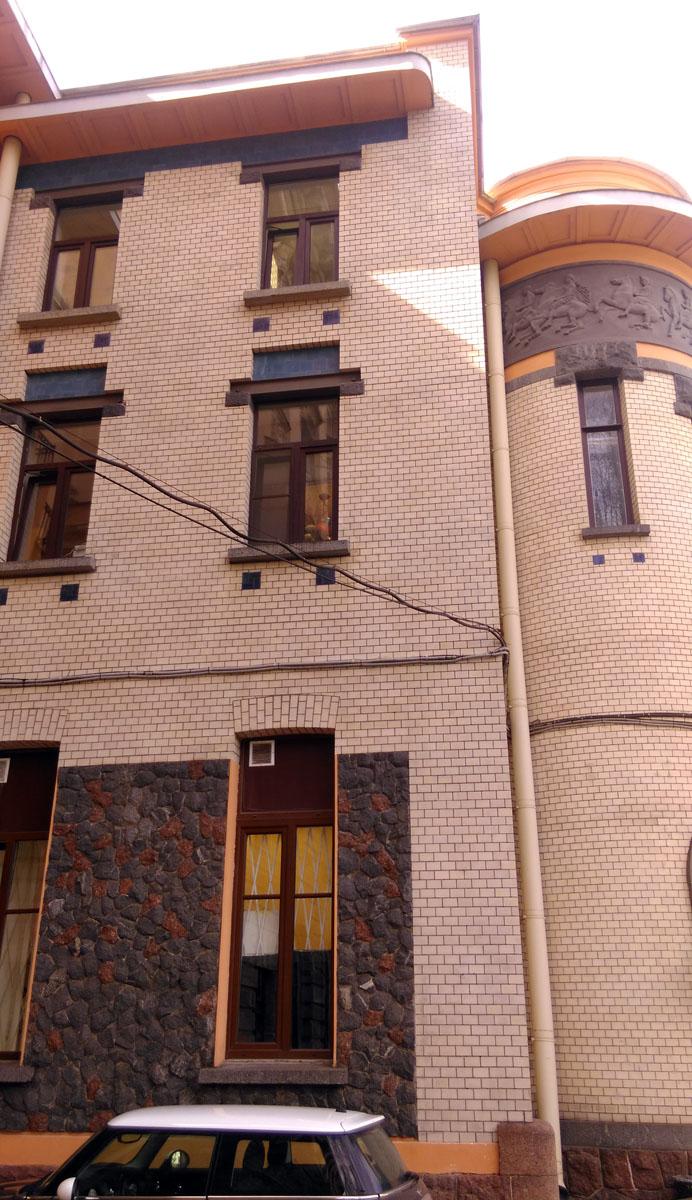 К сожалению, не обошлось и без ложки дегтя в виде проводов по фасаду...