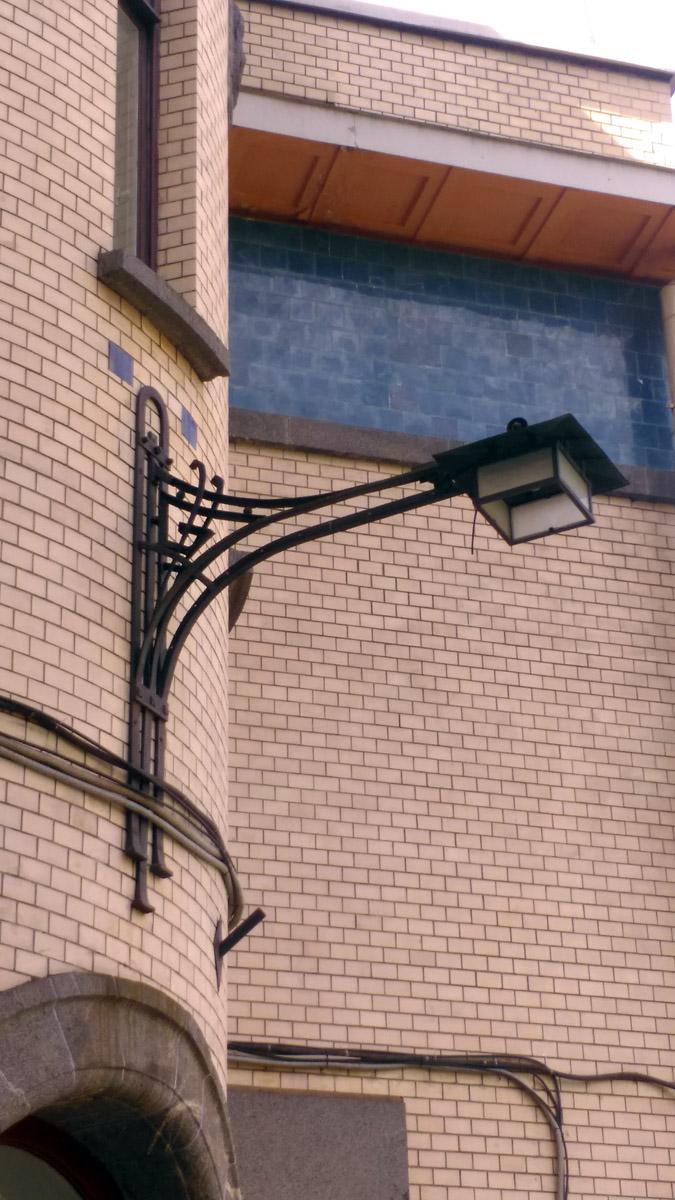Стильный светильник над входом.