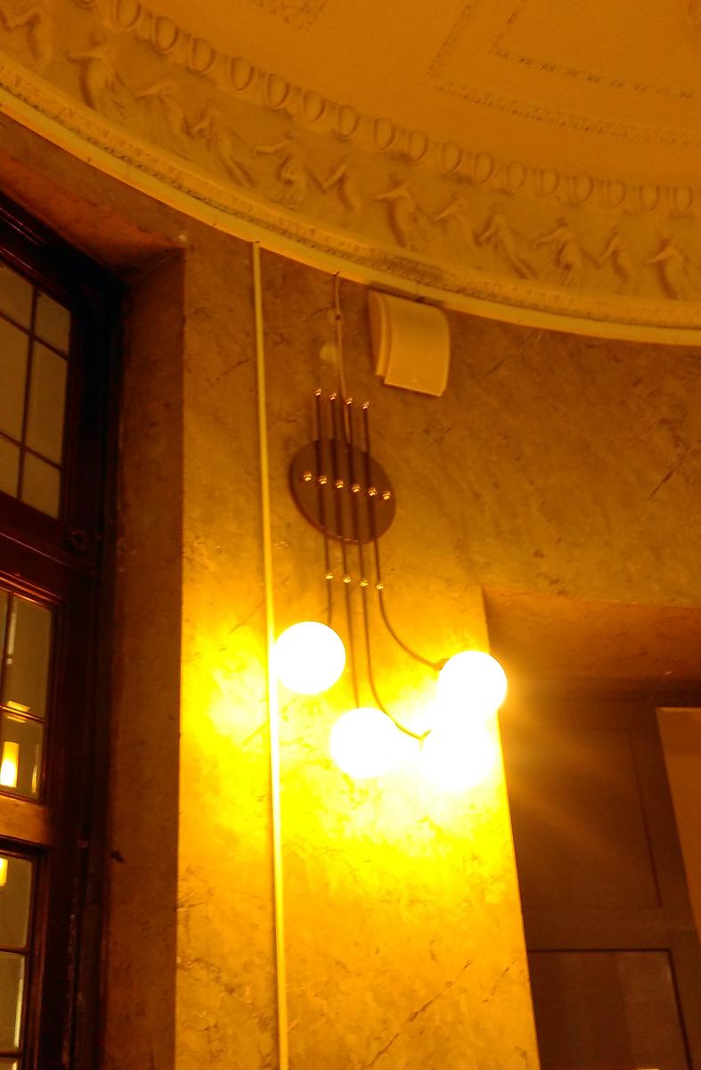 Светильник и лепнина потолка