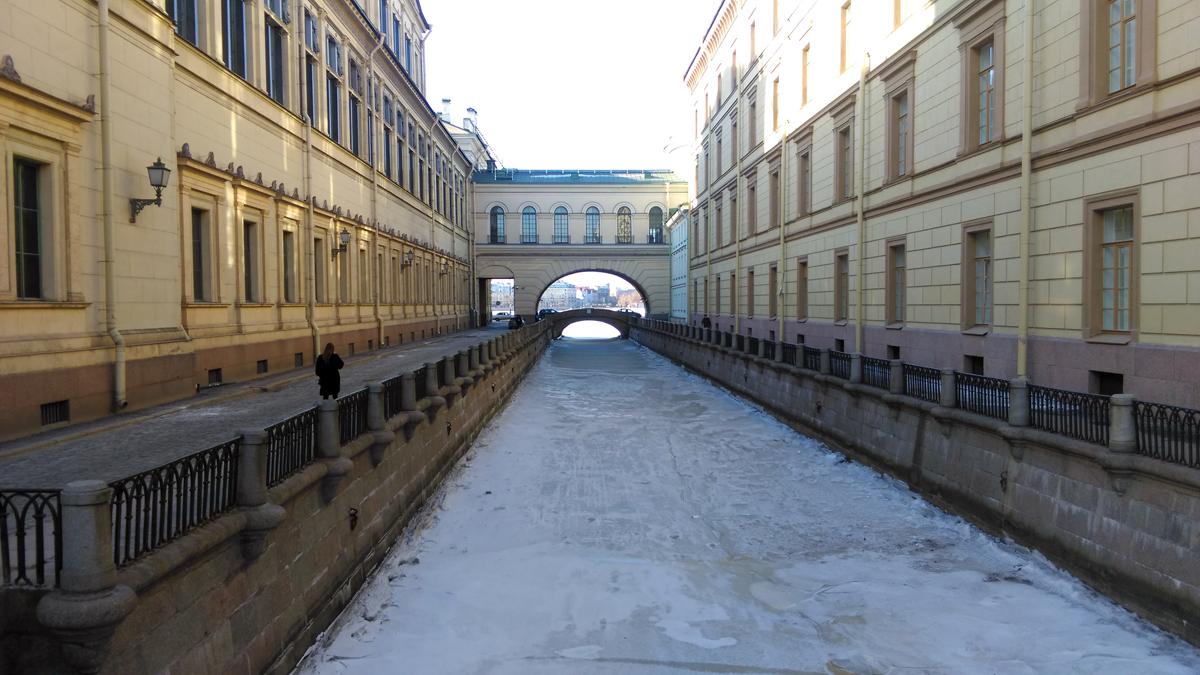 Снег был только на льду замерших каналов.